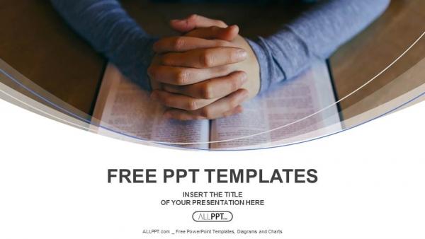 Diapositivas plantilla powerpointLas manos están dobladas en oración sobre el libro.