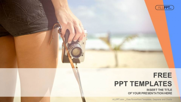 Powerpoint para presentacionesMujer deportista con vieja cámara de fotos de pie en la playa
